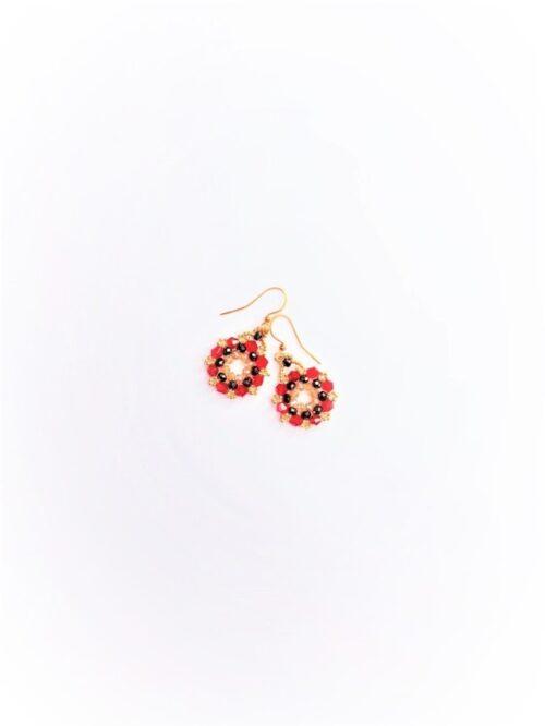 Piccoli orecchini fatti a mano con biconi rossi