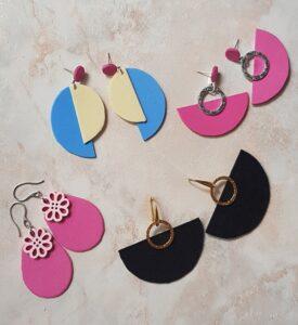 Vari orecchini fatti interamente a mano in Italia